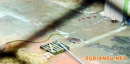 本该排往污水处理池的污水被一根塑料管排进了下水道。
