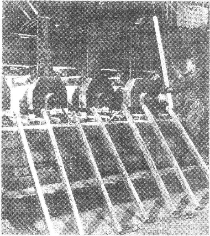 槽中的锡阳极(记录载有通向槽中电流的母线的尺寸)