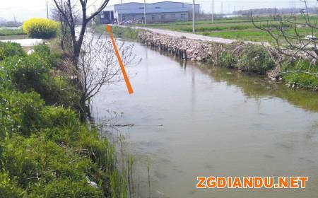 鄞州咸祥镇球山村内的这家电镀厂边的河水浑浊