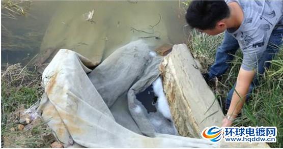 用灰布盖住的肇星污水处理厂排污口